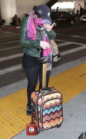 Michelle Trachtenberg - Michelle Trachtenberg arrives at Los Angeles International (LAX) airport - Los Angeles, California, United States - Sunday...