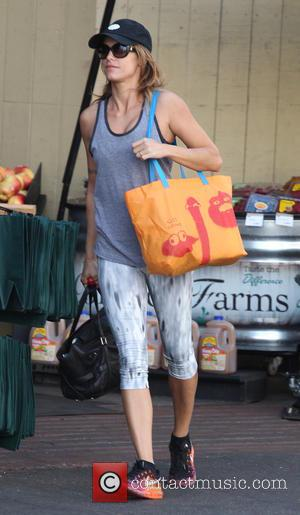 Elisabetta Canalis - Elisabetta Canalis out shopping at the market wearing a baseball cap and sunglasses - Los Angeles, California,...
