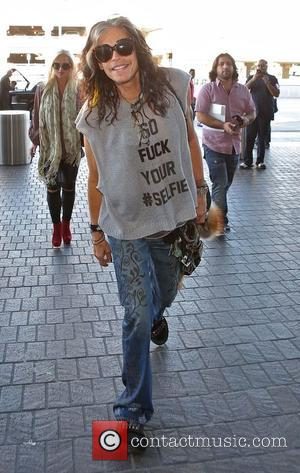 Steven Tyler - Steven Tyler arrives at Los Angeles International (LAX) airport - Los Angeles, California, United States - Sunday...