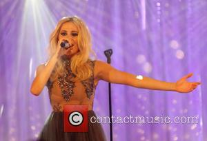 Pixie Lott - Pixie Lott performing live in 'Sky Arts: The Christmas Window' - London, United Kingdom - Tuesday 2nd...