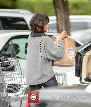 Halle Berry - Halle Berry picks up groceries at Bristol Farms wearing no makeup at Bristol Farms - Los Angeles,...
