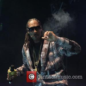 Snoop Dogg - Snoop Dogg kept fans waiting over an hour in Leeds, showing up after 10:00 PM for his...