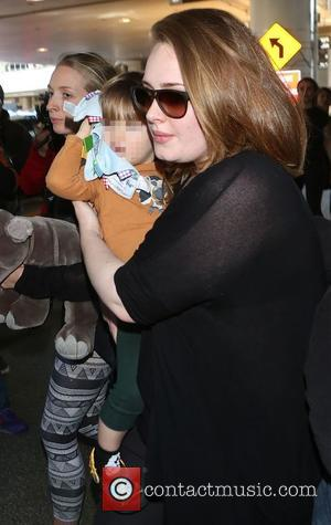 Adele Adkins and Angelo Konecki - Adele arrives at Los Angeles International (LAX) airport carrying her son Angelo - Los...