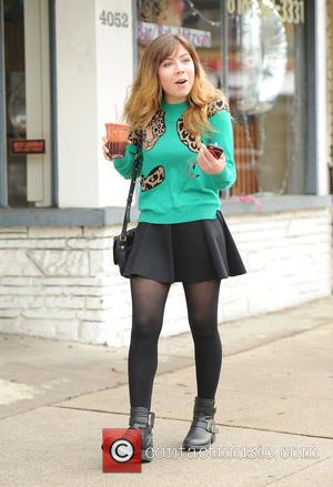 Jennette McCurdy - Jennette McCurdy takes a stroll with a red smoothie - Los Angeles, California, United States - Sunday...