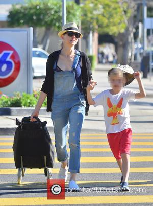 Naomi Watts and Samuel Schreiber - Naomi Watts goes grocery shopping in Brentwood with her son, Samuel - Los Angeles,...
