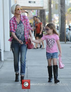 Tori Spelling and Stella McDermott - Tori Spelling does a spot of shopping with her daughter Stella - Los Angeles,...