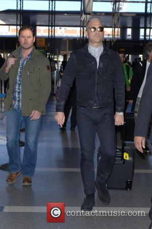 Robbie Williams - Robbie Williams arrives at Tom Bradley International to catch flight out of LAX at LAX - Los...