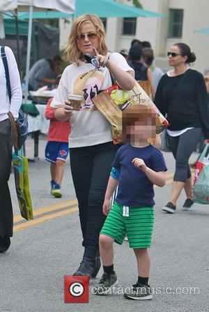 Amy Poehler and Abel Arnett - Amy Poehler takes her sons Archie and Abel to the Los Angeles Farmers Market....