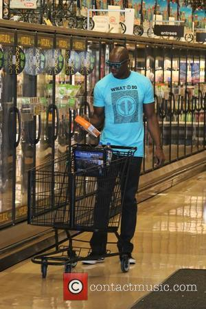 Terrell Owens - Terrell Owens spending the morning shopping at the supermarket and running errands in Hollywood - Los Angeles,...