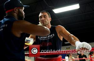 Wladimir Klitschko and Jonathan Banks (l)