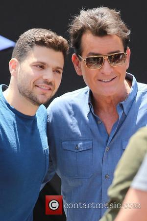 Charlie Sheen and Jerry Ferrara - Jerry Ferrara meets Charlie Sheen on the set of 'Extra' and takes a cellphone...