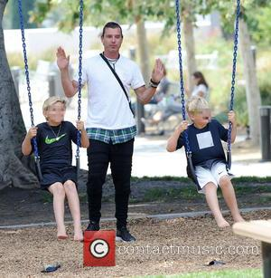 Gavin Rossdale, Kingston Rossdale and Zuma Rossdale - Gwen Stefani and husband Gavin Rossdale enjoy a sunny day at the...