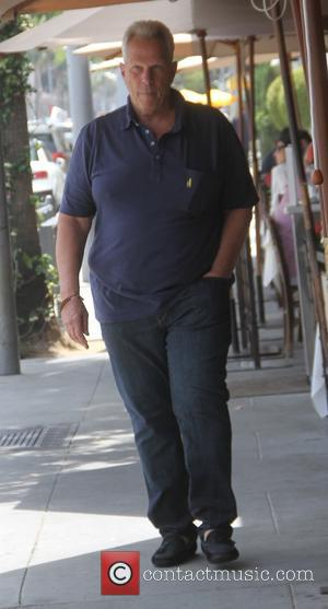Steve Tisch - Film producer Steve Tisch has lunch in Beverly Hills - Los Angeles, California, United States - Monday...