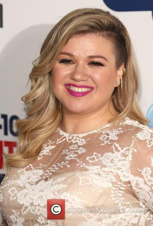 Kelly Clarkson Announces Second Pregnancy Onstage