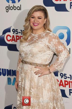 Kelly Clarkson Jokes About Lyrics Flub During Concert