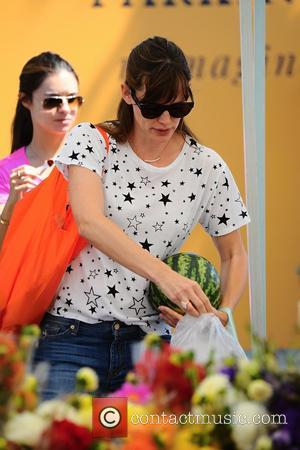 Jennifer Garner - Ben Affleck and Jennifer Garner take their children to the Farmers Market on Sunset Boulevard - Los...