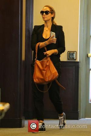 Elizabeth Berkley - Elizabeth Berkley enters a medical building at Beverly Hills - Los Angeles, California, United States - Friday...