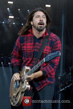 Dave Grohl Breaks His Leg During Foo Fighters Concert But He Keeps On Rocking