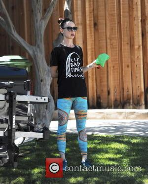Juliette Lewis - Actress Juliette Lewis walking her pooch wearing colorful leggings in Studio City Ca. - Studio City, California,...
