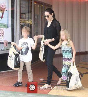 Angelina Jolie, Shiloh Jolie-Pitt and Vivienne Jolie-Pitt - Angelina Jolie takes her two daughters Shiloh and Vivienne shopping at Barnes...