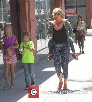 Jenna Elfman - Jenna Elfman out and about with her children in Beverly Hills at Beverly Hills - Los Angeles,...