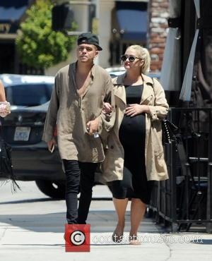 Ashlee Simpson , Evan Ross - Pregnant Ashlee Simpson gets a passionate kiss from her husband Evan Ross after having...