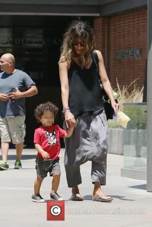 Halle Berry - Halle Berry and kid go to the mall shopping in Beverly Hills - Los Angeles, California, United...