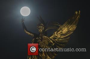 Queen Victoria Memeriol at Buckingham Palace - The second full moon this month which is visible over some of London's...