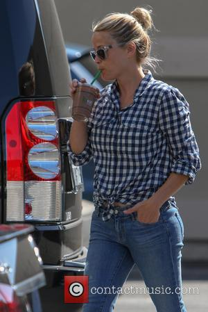 Reese Witherspoon - Reese Witherspoon grabs a cold drink whilst out shopping in Santa Monica - Los Angeles, California, United...