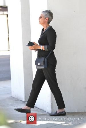Jamie Lee Curtis - Jamie Lee Curtis checks her cell phone as she goes shopping in Beverly Hills - Los...