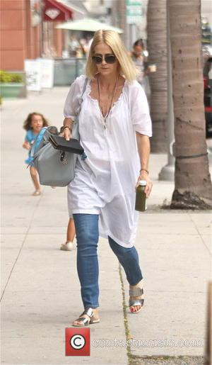 Kelly Rowan - Kelly Rowan goes shopping in Beverly Hills wearing white cotton smock and jeans - Los Angeles, California,...