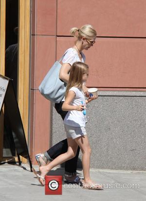 Kelly Rowan - Kelly Rowan picks up refreshments from Pressed Juicery with her daughter at beverly hills - Los Angeles,...