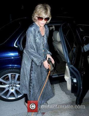 Jane Fonda - Jane Fonda with her hands full wholding her rare Coton de Tulear dog called Tulea getting out...