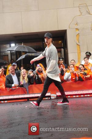 Justin Bieber Chastises Cameraman During Live Tv Performance