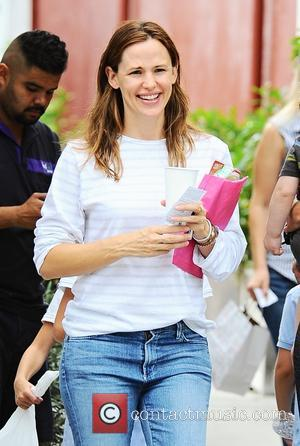 Jennifer Garner - A very happy Jennifer Garner goes to lunch in Brentwood with her daughters - Los Angeles, California,...