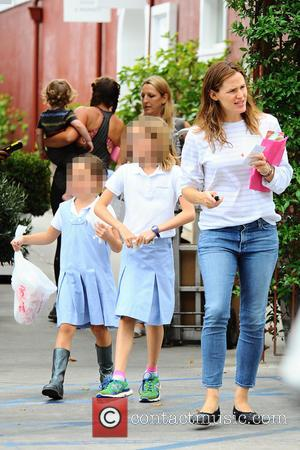 Jennifer Garner, Seraphina Affleck , Violet Affleck - A very happy Jennifer Garner goes to lunch in Brentwood with her...