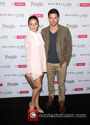 Italia Ricci and Robbie Amell