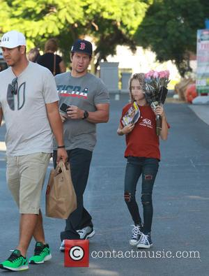 Mark Wahlberg , Ella Rae Wahlberg - Mark Wahlberg and his daughter Ella Rae Wahlberg pick up red roses at...