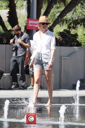 Elizabeth Banks - Elizabeth Banks cools off at the public Splash Pad downtown with her son Magnus Handelman - Los...