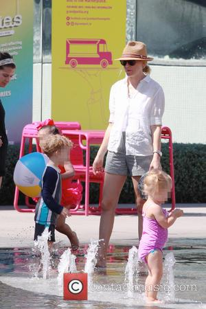 Elizabeth Banks , Magnus Handelman - Elizabeth Banks cools off at the public Splash Pad downtown with her son Magnus...