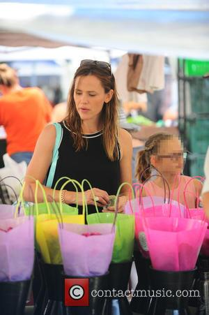 Jennifer Garner , Violet Affleck - Ben Affleck and Jennifer Garner take their children to the Pacific Palisades Farmers Market....