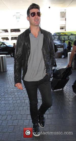 Robin Thicke - Robin Thicke departs from Los Angeles International Airport (LAX) - Los Angeles, California, United States - Wednesday...