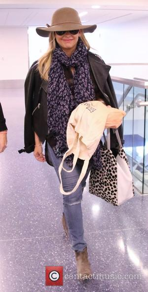 Sarah Michelle Gellar - Sarah Michelle Gellar arrives at Los Angeles International (LAX) Airport at LAX - Los Angeles, California,...