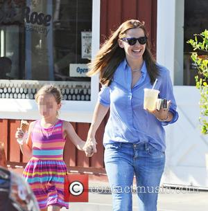 Jennifer Garner , Seraphina Affleck - Jennifer Garner treats her daughters Violet and Seraphina Affleck to ice cream from Sweet...