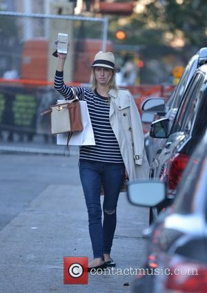 Nicky Hilton - Make-up free Nicky Hilton hails a cab in Manhattan - Manhattan, New York, United States - Thursday...
