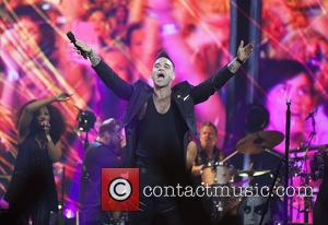 Robbie Williams - Robbie Williams performs live in concert during the first show of his Australian 'Let Me Entertain You...