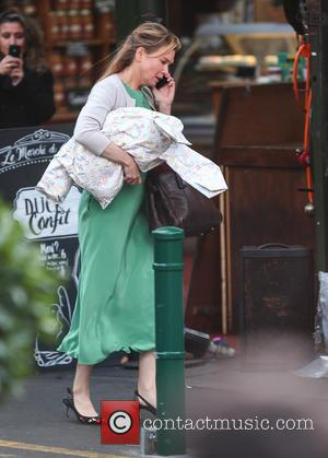 Renee Zellweger - Renee Zellweger and Sally Phillips film a scene for 'Bridget Jones's Baby' in London - London, United...