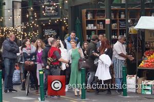 Renee Zellweger - Renee Zellweger spotted filming 'Bridget Jones's Baby' at a market in South London - London, United Kingdom...