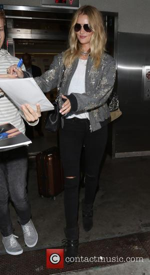 Rosie Huntington-Whiteley - Rosie Huntington-Whiteley arrives on a flight to Los Angeles International Airport (LAX) - Los Angeles, California, United...