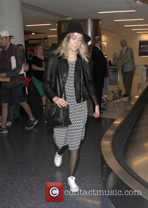 Saoirse Ronan - Saoirse Ronan arrives at Los Angeles International Airport (LAX) - Los Angeles, California, United States - Friday...